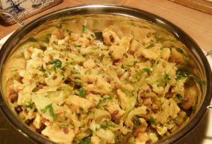 Muttaikose Usli – Spitzkohl mit Kichererbsen-Sauce