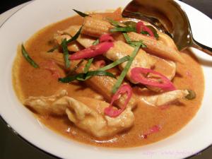 Gaeng Ped Gai – rotes Thaicurry mit Huhn