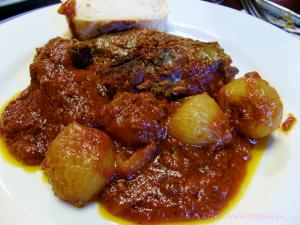 Hasen-Stifado – ein griechisches Schmorgericht mit kleinen Zwiebeln