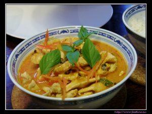 Gaeng Kua Sapparot – Thai-Curry mit Ananas und Huhn