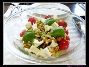 Zucchinisalat mit Feta und Macadamianüssen