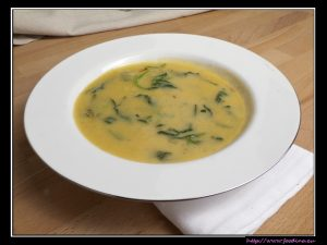 Safran-Kokos-Suppe mit Spinat