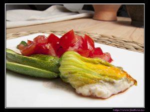 Gefüllte Zucchiniblüten mit Tomatenconcassee