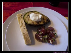 Avocados mit Hawaiian Poke und Wasabi-Creme