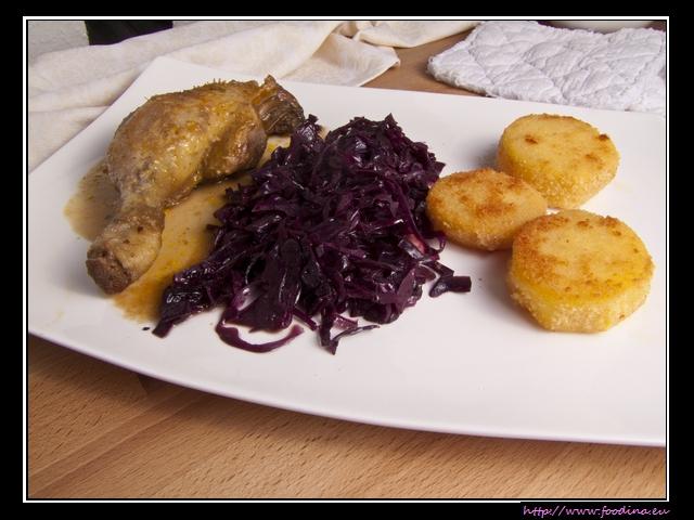 Kurz gebratener Rotkohl und gebratene Kartoffeltaler