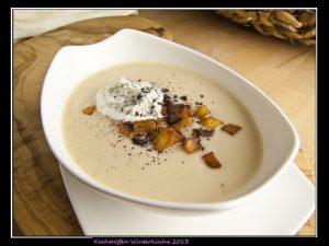 Selleriesuppe mit Kartoffelwürfeln und Koriandersahne