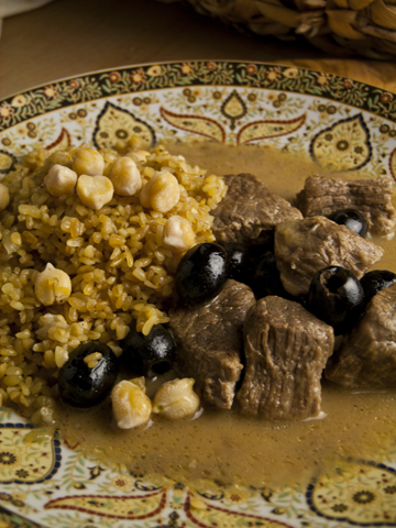 Burghol m'Jibin und Lah'meh Zetoon b'Limoneh - Lamm mit Zitrone und Oliven, dazu Bulgur