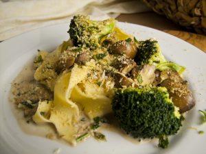 Knusprige Pappardelle mit Brokkoli und Pilzen
