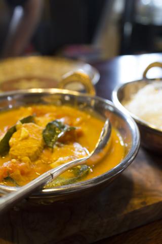 Südindisches Hühnercurry mit Kokosmilch und schwarzem Pfeffer