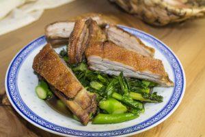 Phad Pak Kanaa Moo Khrob – Knuspriges Schwein auf chinesischem Brokkoli