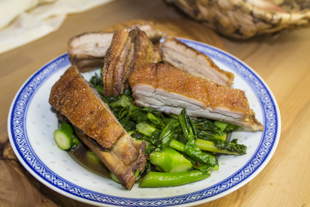 Phad Pak Kanaa Moo Khrob - Knuspriges Schwein auf chinesischem Brokkoli