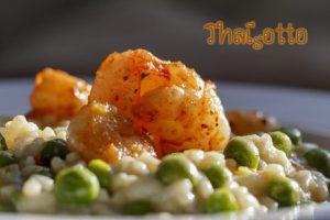 Grüner Thaisotto mit Erbsen und Garnelen