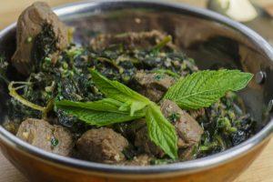 Aromatisches Lammstew mit Senfgrün – Gosht Kariyali