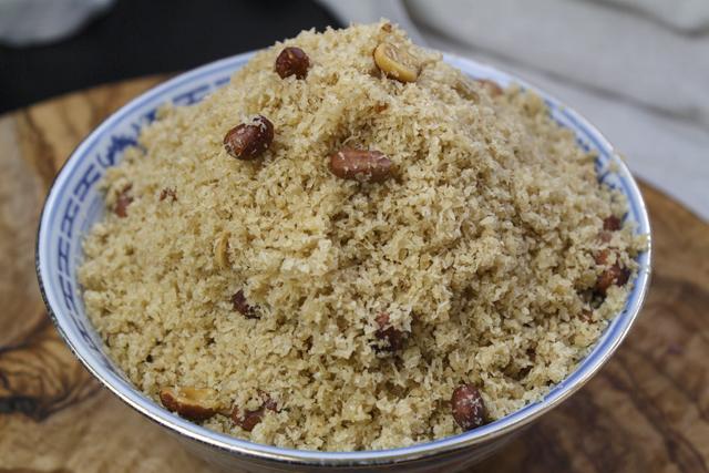 Serundeng - gebratene würzige Kokosraspel als Topping