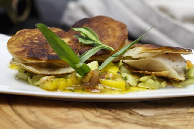 Avocadotatar mit Knusper-Jakobsmuscheln und pikanter Mango-Pinienkern-Salsa