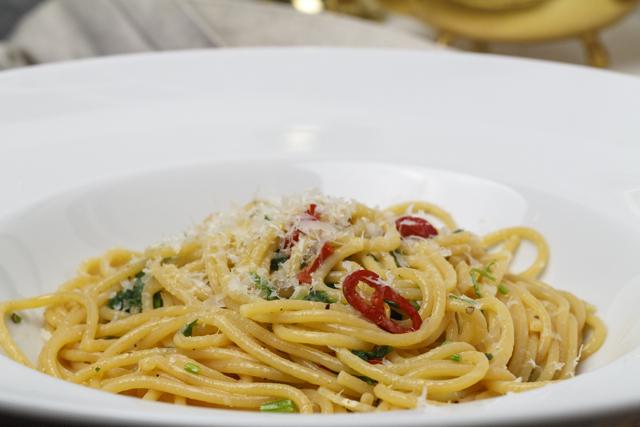 Chilispaghetti mit Knoblauch, Olivenöl und Petersilie