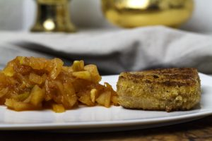Gebacken Kaasplak met pittige appelcompote – gebackener Käse mit pikantem Apfelkompott