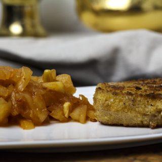 Gebacken Kaasplak met pittige appelcompote - gebackener Käse mit pikantem Apfelkompott