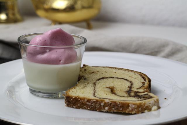 Buttermilchpudding mit beeriger Eischneehaube - Karnemelkpudding, Haagse Bluf