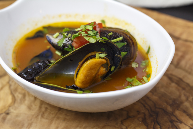 Miesmuscheln in Tomaten-Curryblatt-Sud