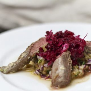Gegrilltes Lammfilet mit Macis und Kardamom, dazu Auberginen-Crush und eingelegte Zwiebeln