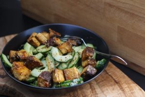 [vegan] Miso-Gurkensalat mit geräuchertem Sesamtofu