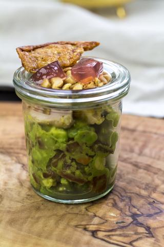 Salat von Avocados und Perlhuhn mit Himbeergelee