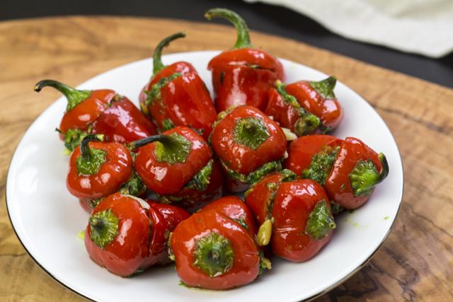 Mini-Paprika mit Orzo, Rucola und Pinienkernen