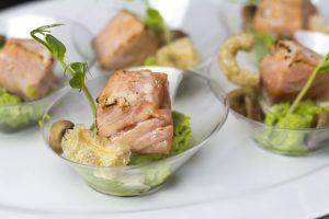 [Fingerfood] Lachs, Erbsen, Pilze, Beurre Blanc