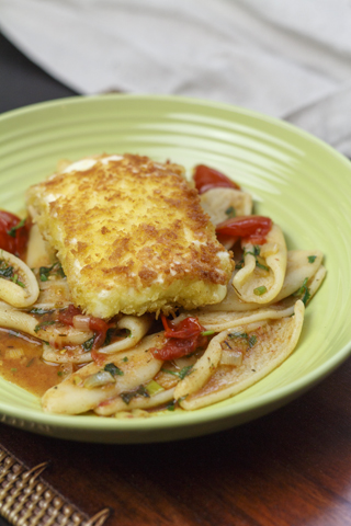 Pasta mit Tomaten-Minz-Sauce und gebratenem Feta