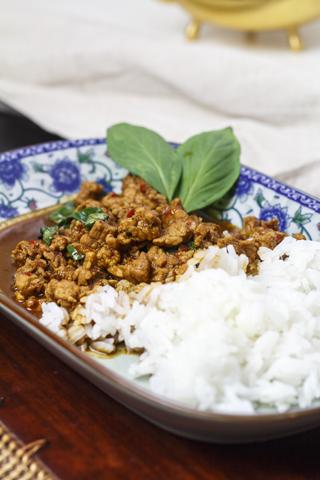 Moo pat kaprau - Schweinefleisch mit Chili und Basilikum
