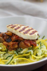 [fleischlos] Zucchinispaghetti mit Auberginen-Tomaten-Sauce und Halloumi