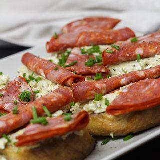 Schnittchen mit Artischockencreme und Chorizo