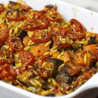 Orzo mit Gemüse und Mozzarella aus dem Ofen