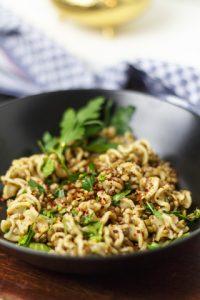 [immer schon vegan] Rishta bi adds – Linsen mit Nudeln und karamellisierten Zwiebeln