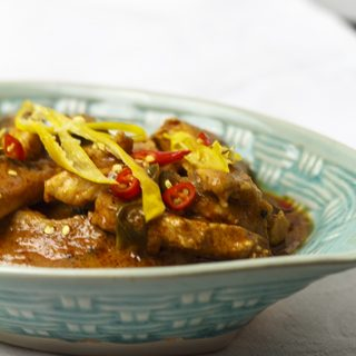 Pad Prig Daeng - scharfes rotes Curry mit Huhn