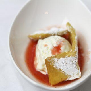 Crostoli mit Cheesecake-Eis und Erdbeersauce