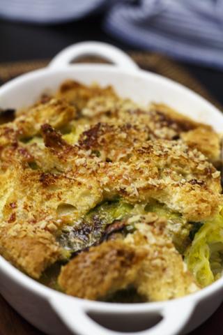 [vegan] Wirsing mit Zwiebeln und Brot aus dem Ofen