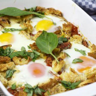 Tomaten mit Ei und Brot aus dem Ofen