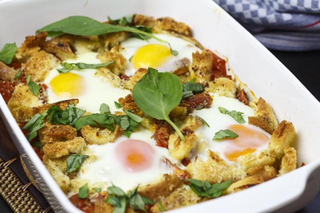 [vegetarisch] Tomaten mit Ei und Brot aus dem Ofen