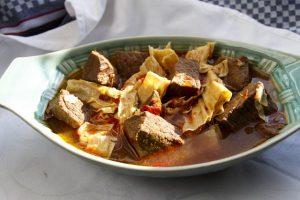 [chinesisch] Fu Zhu Sao Niu Rou – Rotgeschmortes Rindfleisch mit Tofubambus