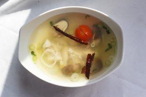 [thailändisch] Tom Yum Gai Ban Nork – sauerscharfe Hühnersuppe nach Art von Khao Khor