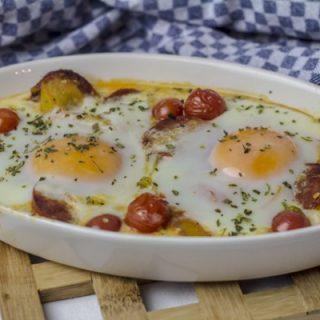 Salsiccia mit Tomaten und Ei