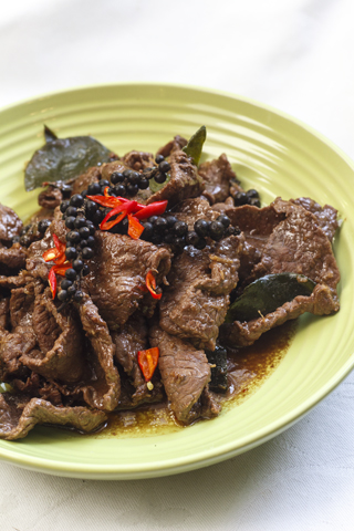 [thailändisch] Nuar Pad Prig Thai Orn - Rindfleisch mit grünem Pfeffer