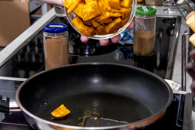 Aloo Mattar Makhani - Tandoori-Kartoffeln und Erbsen mit Tomaten-Buttersauce
