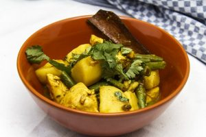 [indisch] Hähnchencurry mit Kartoffeln und Bohnen auf Goa-Art
