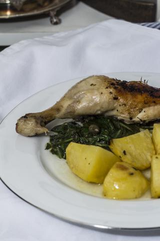 Huhn mit Kartoffeln, Zitronen, Blattgrün und Kapern aus dem Ofen