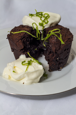 Tahini-Schokoladenkuchen mit Creme fraiche