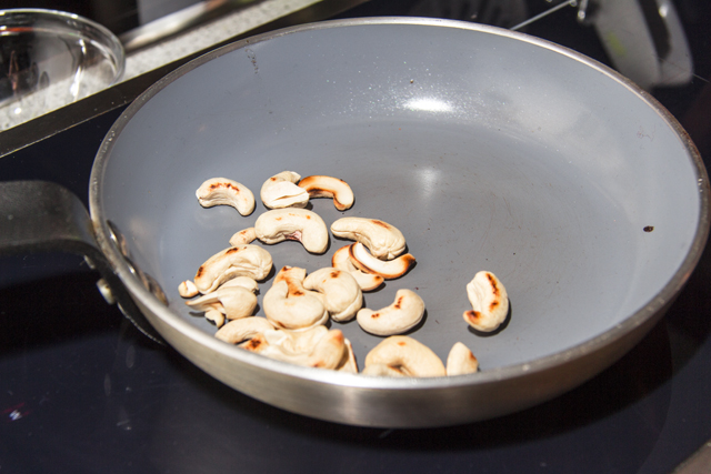 Grünkohlcurry mit roten Linsen und Cashewnüssen in Kokosmilch