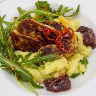 Gewürz-Halloumi mit Rucola-Kartoffelstampf und Chutney